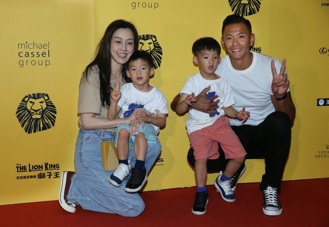 黑人(右)、范范(左)帶著雙胞胎兒子飛飛(右二)、翔翔欣賞「獅子王」。記者林俊良...