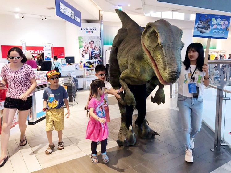 「恐龍氣墊嘉年華」周末期間加碼恐龍遊行。圖/主辦單位提供
