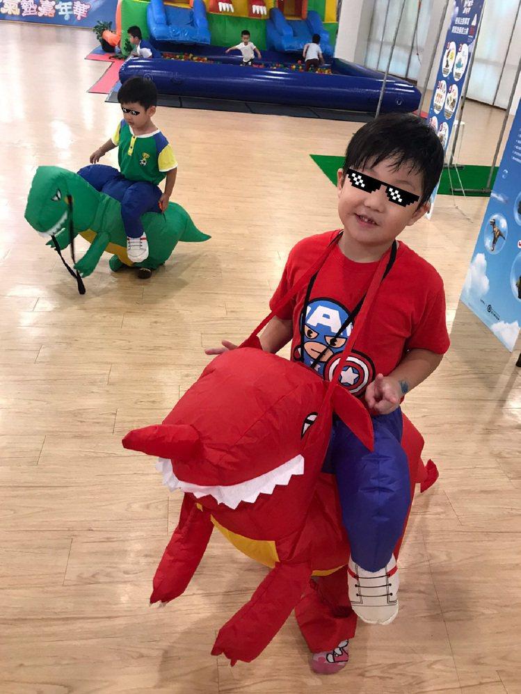 小朋友換上恐龍裝扮,體驗一日恐龍。圖/主辦單位提供