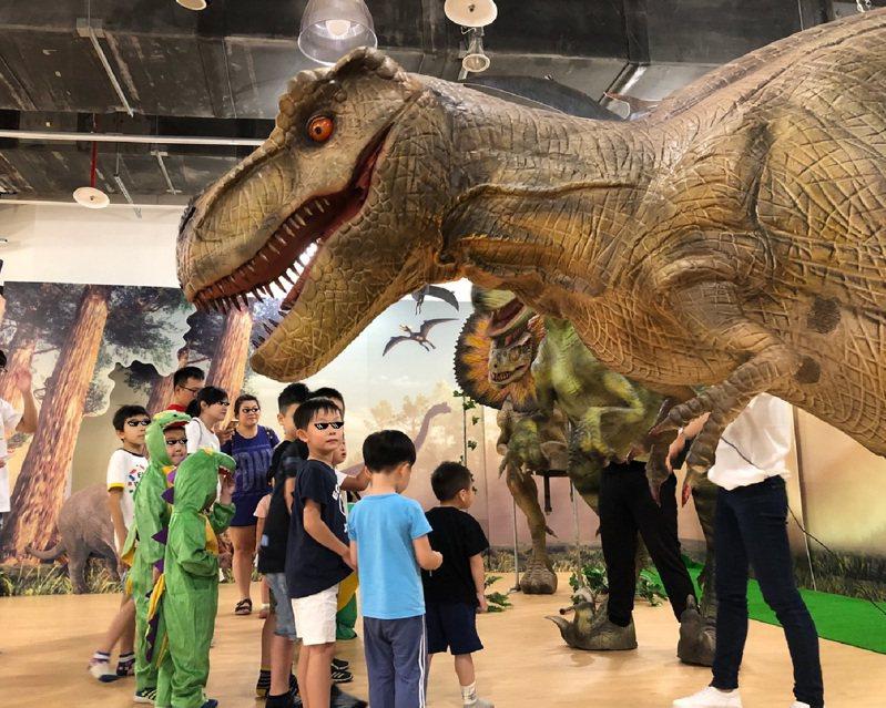 大魯閣草衙道推出暑假限定室內親子樂園「恐龍氣墊嘉年華」。圖/主辦單位提供