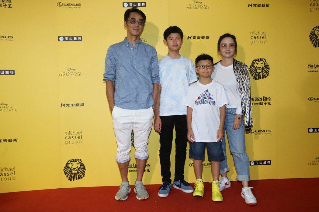 李李仁(左)、陶晶瑩(右)帶女兒荳荳(左二)、兒子李小龍欣賞「獅子王」。記者林俊