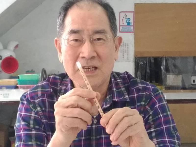 來到玉兔鉛筆學校不是上課、就是要玩,唐鏡川校長示範如何DIY製作獨一無二的個人化鉛筆。圖/玉兔提供