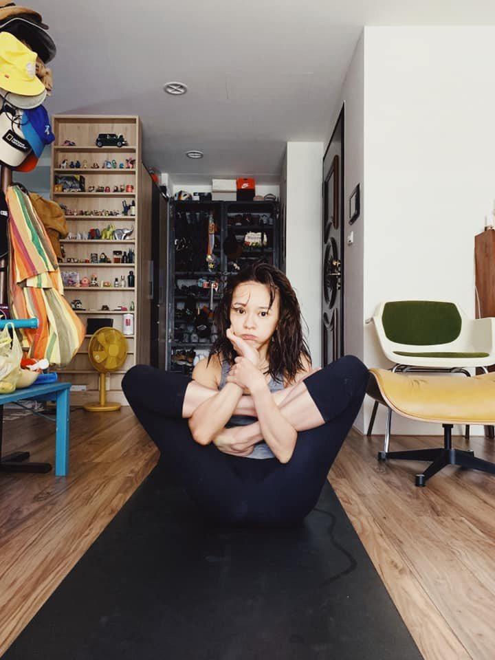 陳意涵熱衷做瑜伽,連到片場探老公的班也沒鬆懈。圖/摘自臉書