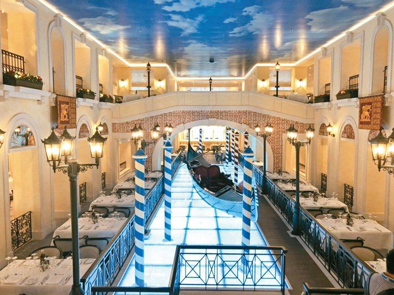 歌詩達威尼斯號Venezia將貢多拉大運河、嘆息橋原汁原味搬上郵輪。 記者羅建怡/攝影