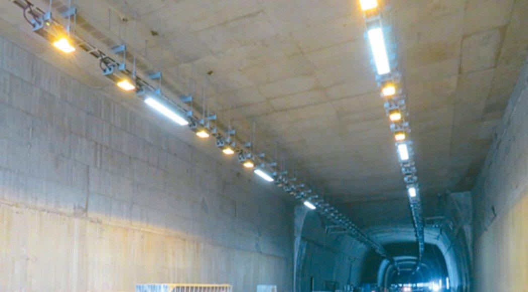 蘇花改南澳和平路段及和中大清水路段的高壓電,陸續完成與送電,圖為仁水隧道照明單機...