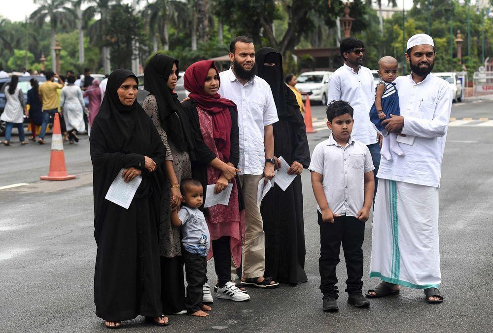 一個穆斯林家庭7月26日參訪印度國會並在國會外合照。(法新社)
