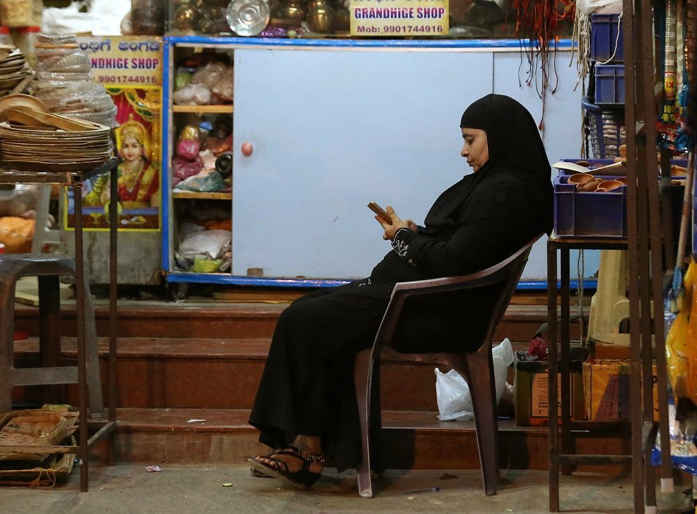 有穆斯林婦女表示,自己被丈夫用WhatsApp等通訊App離婚。(歐新社)