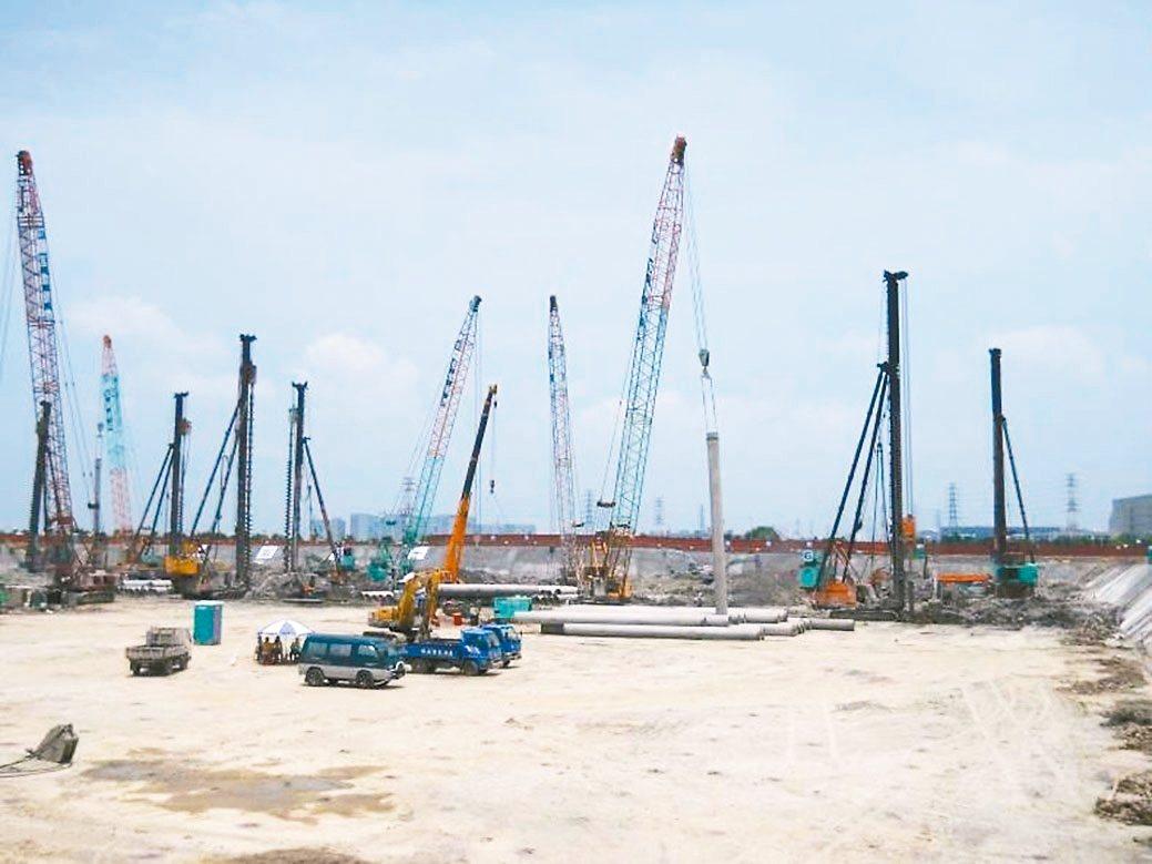 半導體廠房新建工程以爐石粉製作的地改劑進行地盤改良。 中聯資源/提供