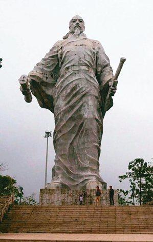 辛棄疾文化主題公園標誌性代表:32公尺高的辛棄疾雕像。 圖/本報上饒傳真