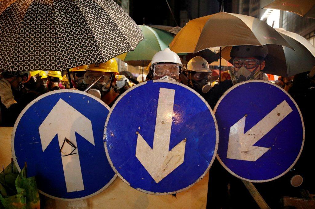 示威者以路標作為盾牌抵禦港警攻擊。 圖/路透社