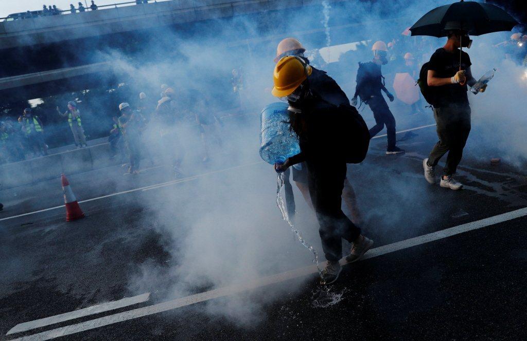 煙霧瀰漫的香港街頭,是這個夏天港人最刻骨銘心的記憶。 圖/路透社