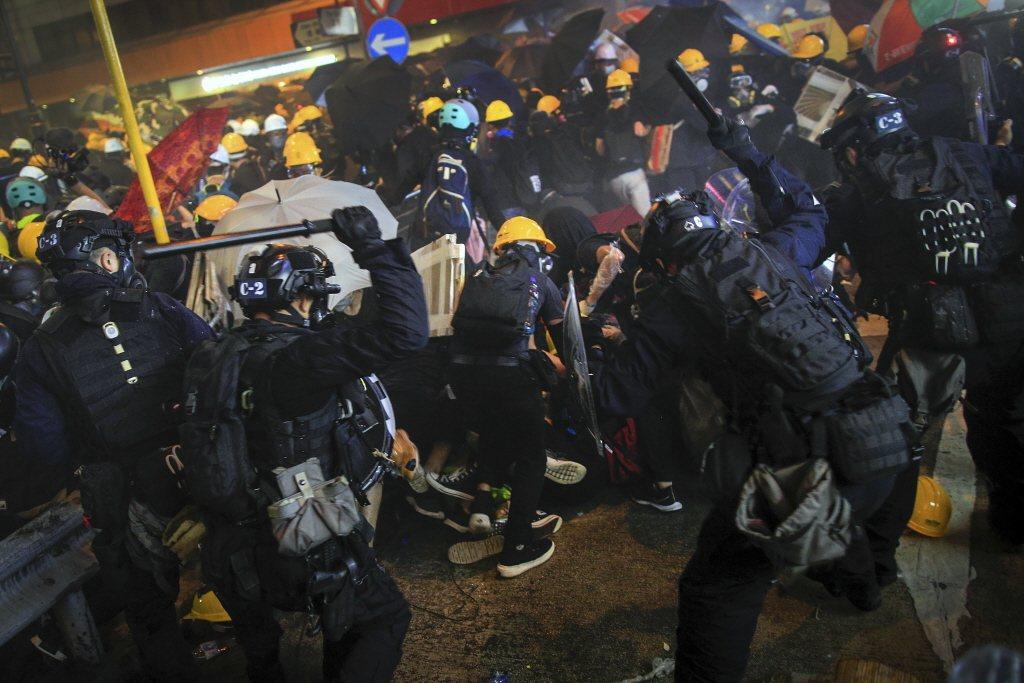 7月28日,香港再度發動示威遊行,但因港警發出反對通知書,示威者改採自主遊行方式上街,並於晚間於西環一帶與警方爆發衝突。 圖/美聯社