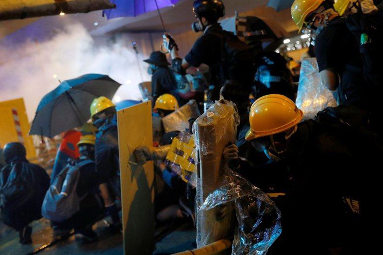 圖為7月28日於西環一帶的衝突現場。 圖/路透社