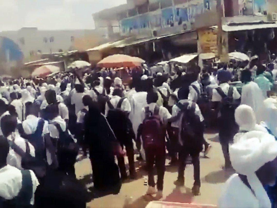 30日,數十萬名民主派的學生與平民示威者重新返回首都街頭,抗議蘇丹軍政府29日在...