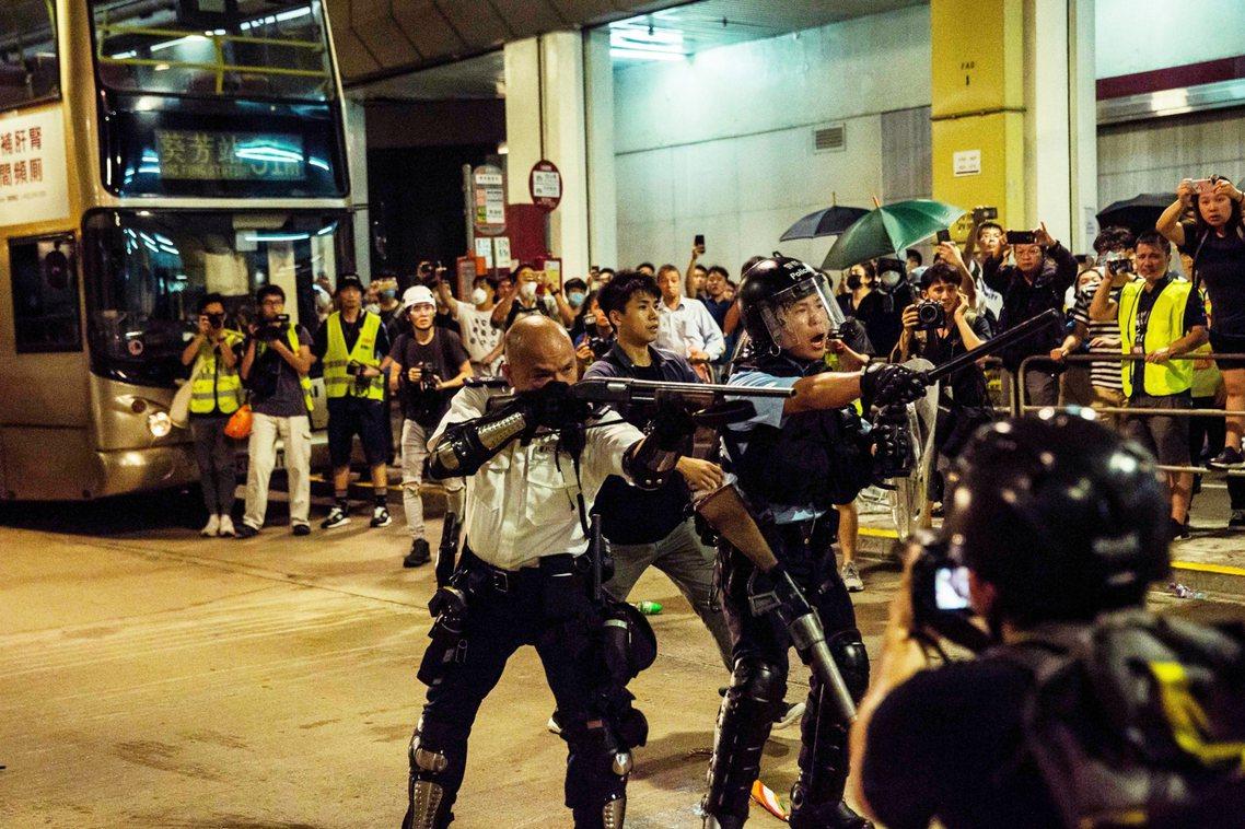 香港建制派的意見認為,打警察本來就不對,如果說港警行為失控過激,那也都是反送中示...