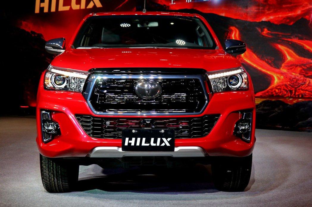 全新HILUX以大型六角形鍍鉻水箱護罩,結合外擴輪拱肌理線條。 記者陳威任/攝影