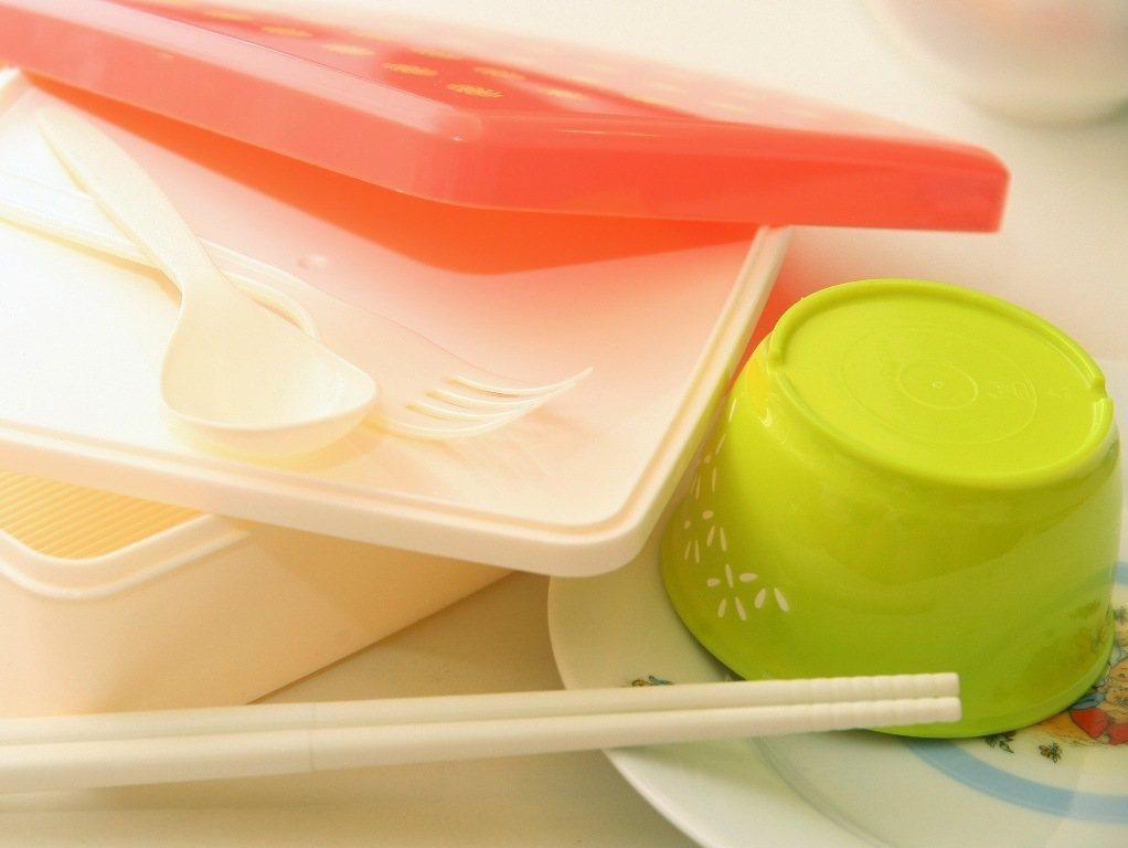 生物可分解塑膠、美耐皿樹酯等,因種類太多太雜,回收量少,理論上可回收,卻因不具經...