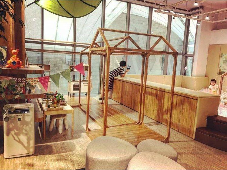 「弄咖啡親子餐廳」貼心規劃遊戲區讓家長與孩子同樂。IG @anita_lcc提供