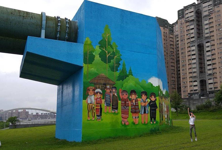 新北市高管處利用新店陽光運動公園的自來水管橋墩,完成長達577公尺的巨幅原住民主題彩繪。圖/新北市高管處提供