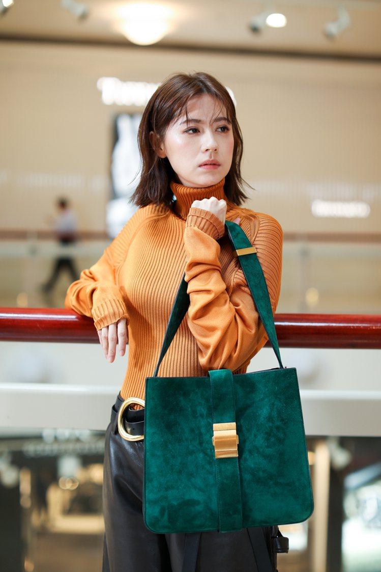 林予晞穿Bottega Veneta早秋系列新裝與高跟涼鞋,拎MARIE包款。記...
