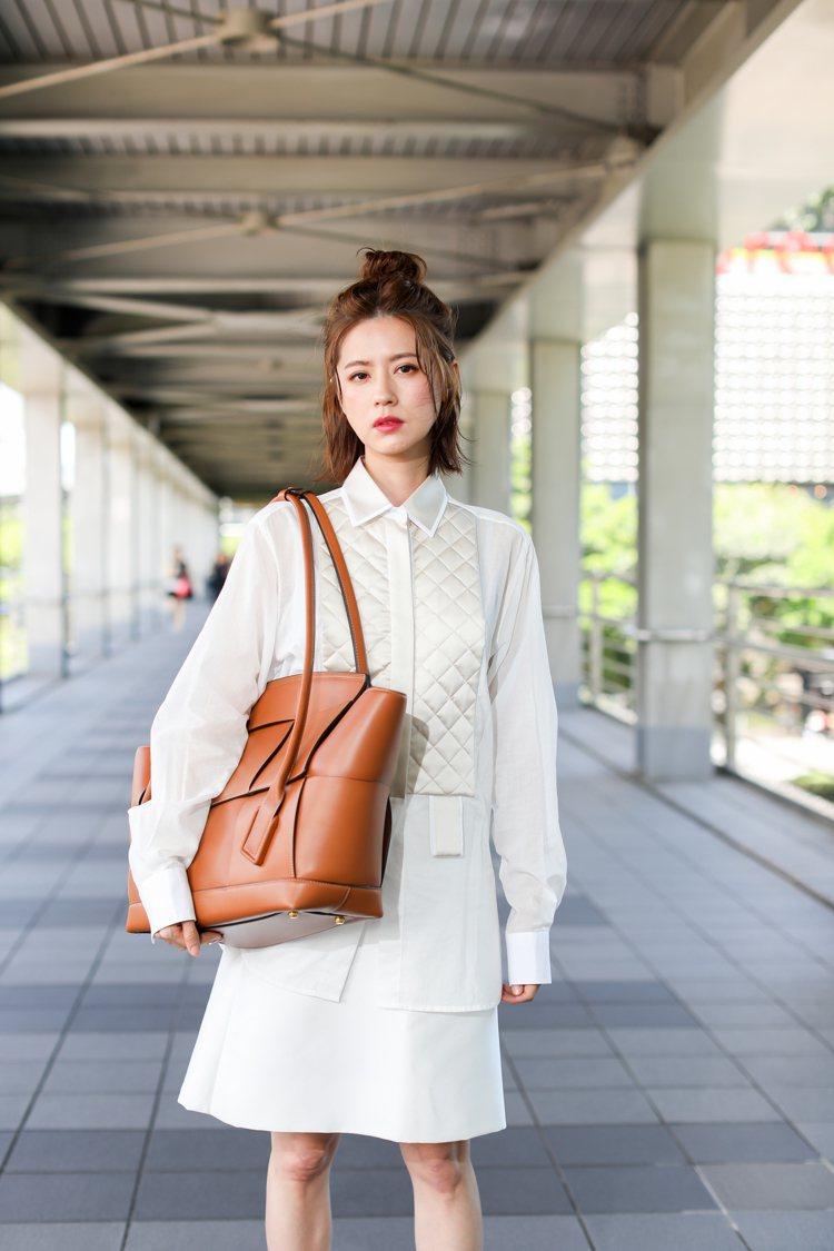 林予晞穿Bottega Veneta早秋系列新裝,拎THE ARCO包款。記者吳...