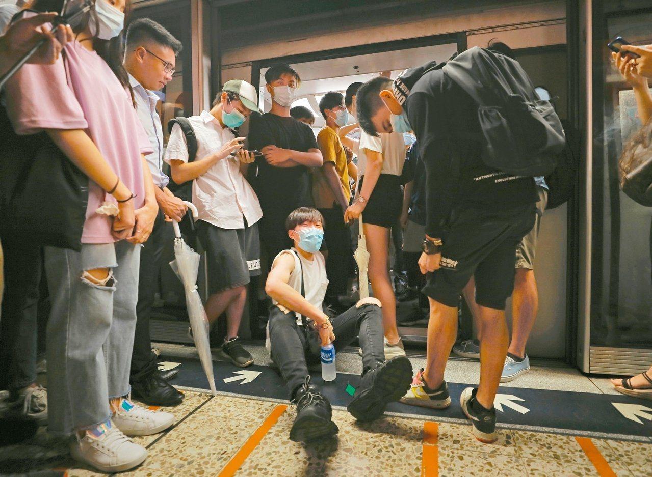 香港反送中民眾在網上發起「不合作運動」,一些示威者昨天早上在多個地鐵站阻撓港鐵列...