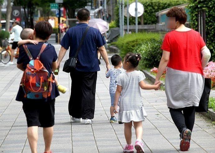 一份英國去年10月發表的調查證實,父母每天至少有六次,因孩子而感到壓力,其中哄孩...