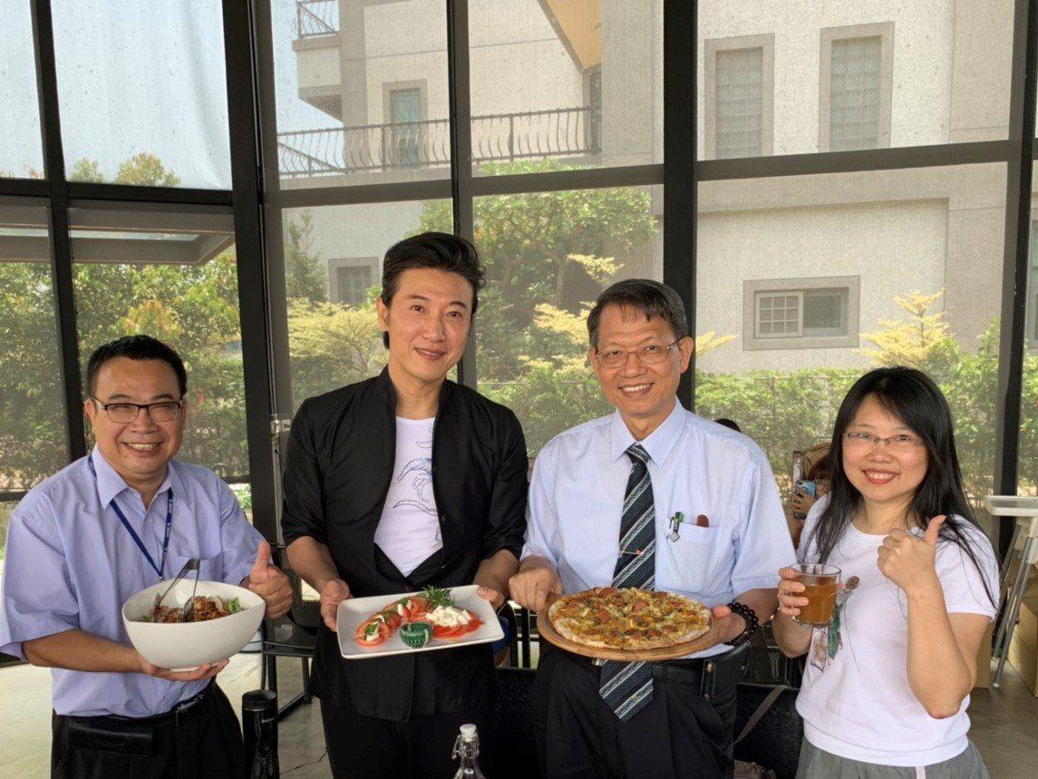 型男主廚陳鴻(左二)將擔任明新科大服務產業學院創意執行長。圖/明新科大服務產業學...