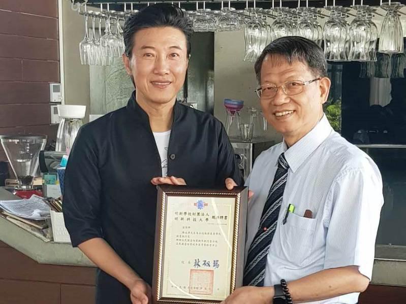 型男主廚陳鴻(左)將擔任明新科大服務產業學院創意執行長。圖/明新科大服務產業學院長廖美瑩提供