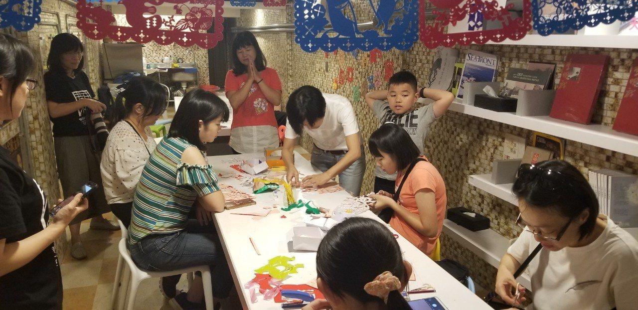 巷由心生文化工作坊在台南辦剪紙工作坊,邀民眾剪出對府城文化的想像。記者潘乃欣/攝...