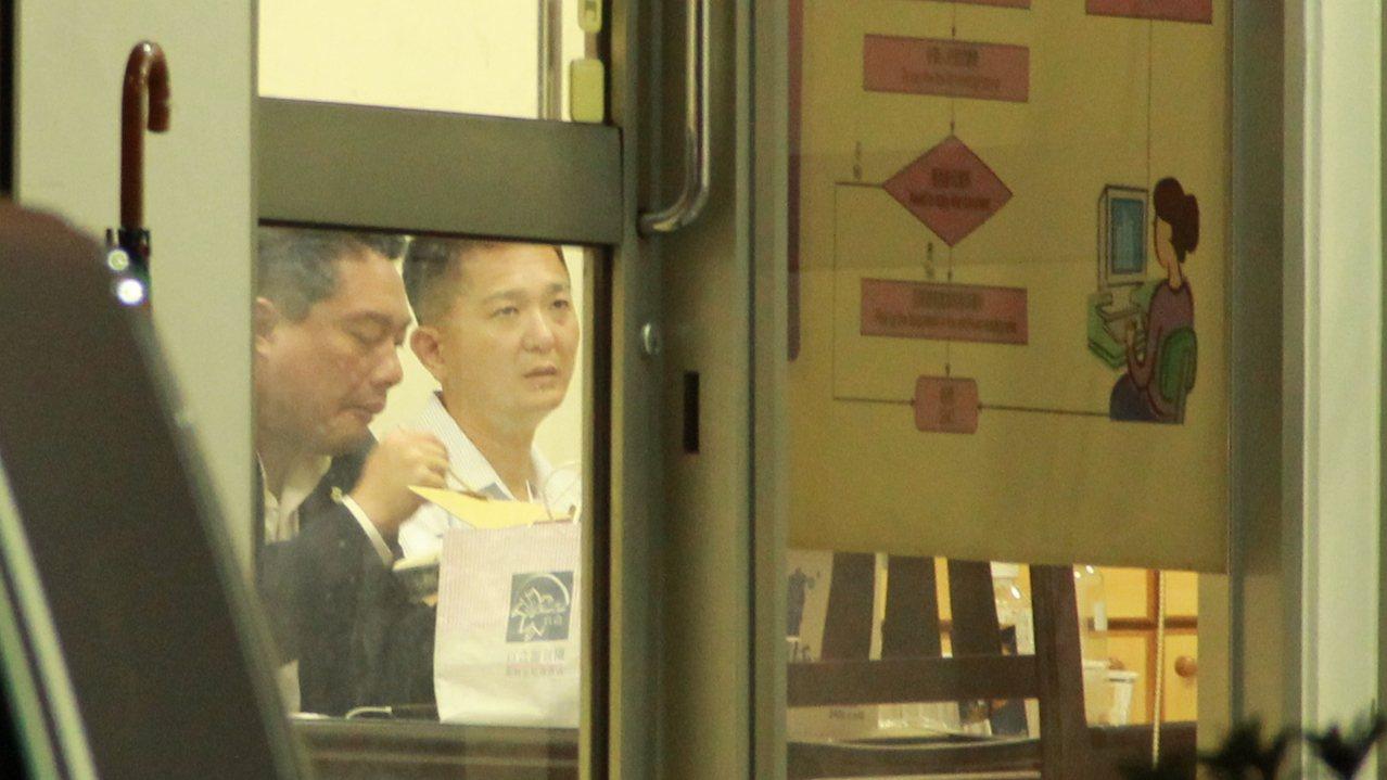 永和警衛室外衛室少將主任陳逸夫(右)到新北市調處了解情況,與人交談時,臉色不太好...