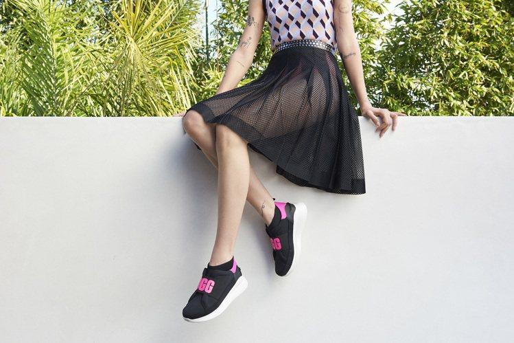 NEUTRA鞋款以襪套細節配上鞋側身的包覆設計,並搭配印有品牌字樣的彈性鞋帶、後...