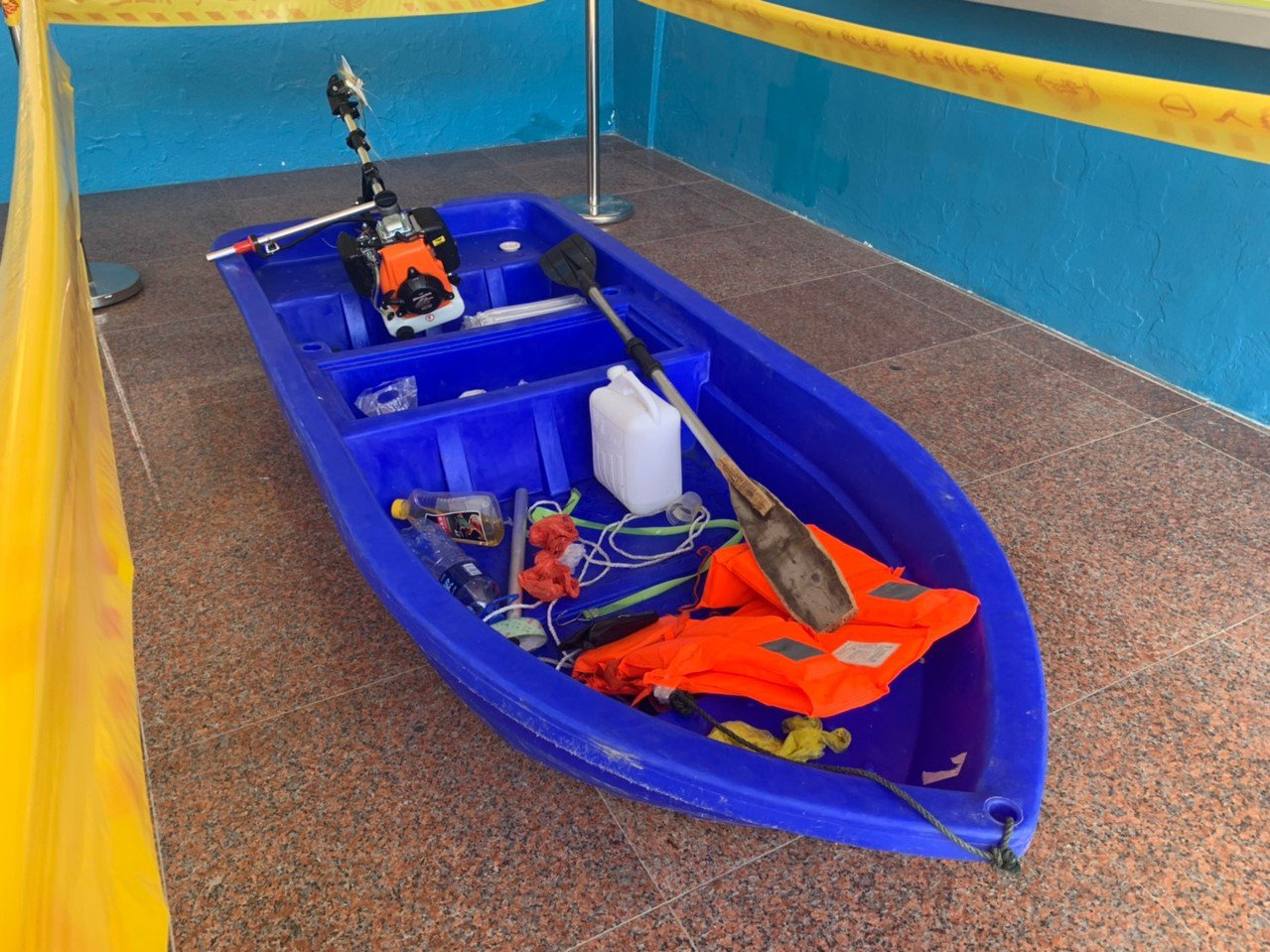 非法入侵的陸男塑膠艇上發現有隨身救生衣、備用油桶及個人衣物、證件等物品,似乎打算...