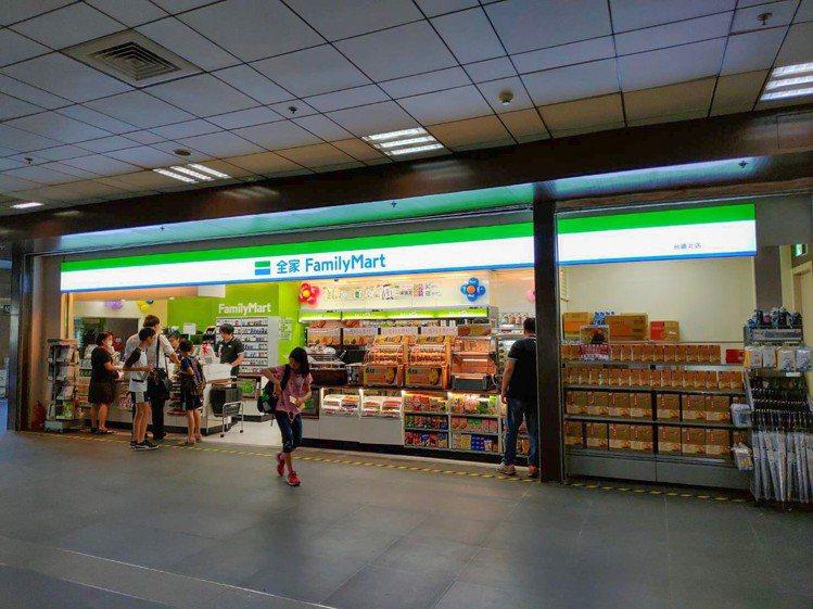 全家便利商店正式進駐台鐵車站,台北車站(西南、西北)、八堵站、萬華站、羅東站等5...
