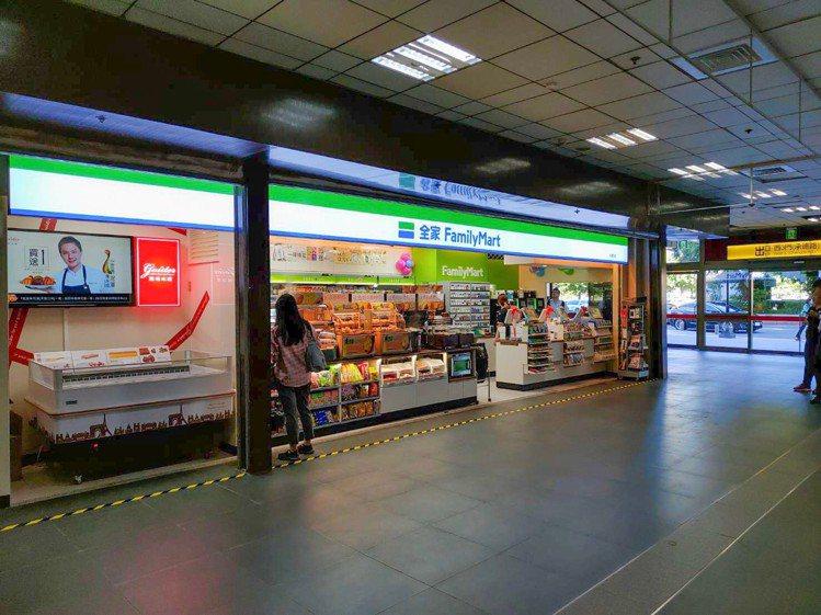 全家便利商店進駐台鐵車站,邀請不同品牌攜手合作,喜愛甜點的消費者可於台北車站西南...