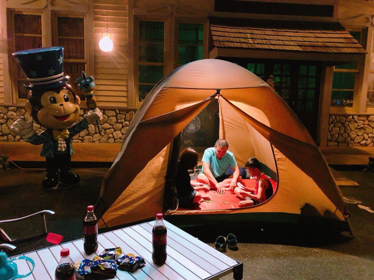 生態體驗營遊客只要準備好個人行囊,一卡皮箱就能到遊樂園住一晚。圖/六福村提供
