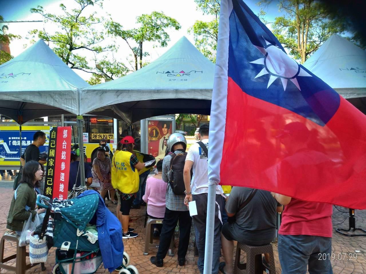 「郭台銘參選總統連署站」在台中7期開張,本周六日加開兩天。圖/張大興提供