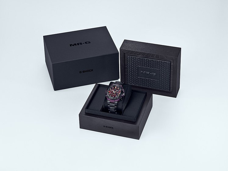 MRG-G2000GA腕表的專屬黑色木盒包裝上層點綴金屬感的圖紋設計。圖/Cas...