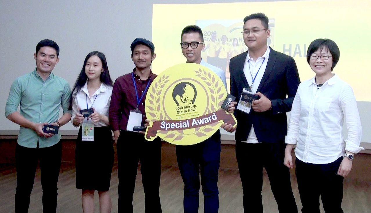 特別獎由印尼、柬埔寨及越南籍等5名學生以清真認證的「食物自動販賣機」構想奪下。右...