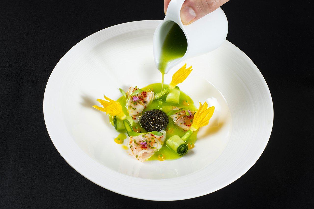 生食紅魽魚與小黃瓜綴法國魚子醬。圖/侯布雄法式餐廳提供