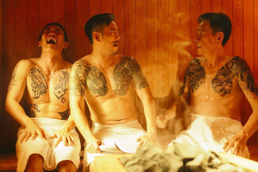 左起黃尚禾、顏正國、龍劭華演出黑道大哥們洗三溫暖的養眼畫面。圖/華映提供