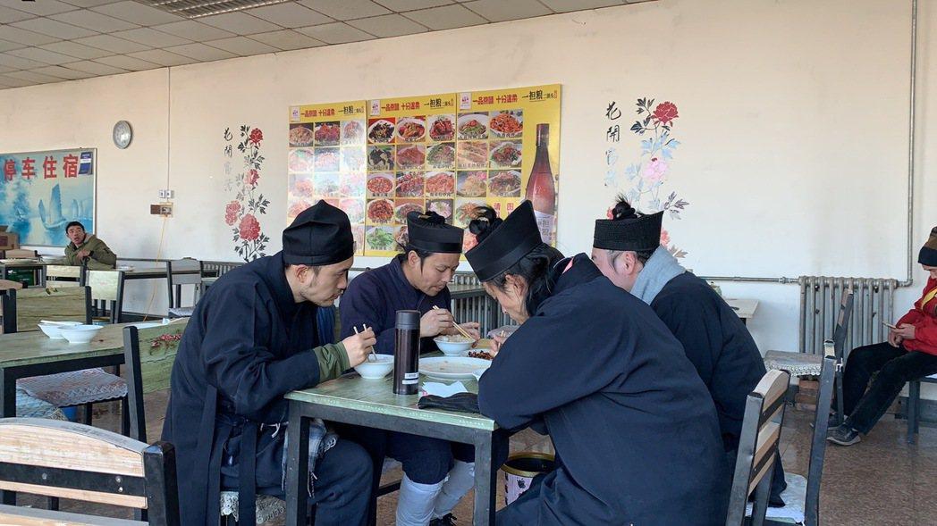 「少年問道」呈現修道青年每天只能「日中一食」。圖/海鵬提供