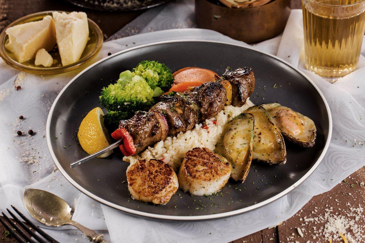 炭烤菲力牛排串與綜合海鮮盤。圖/傑克牛排提供