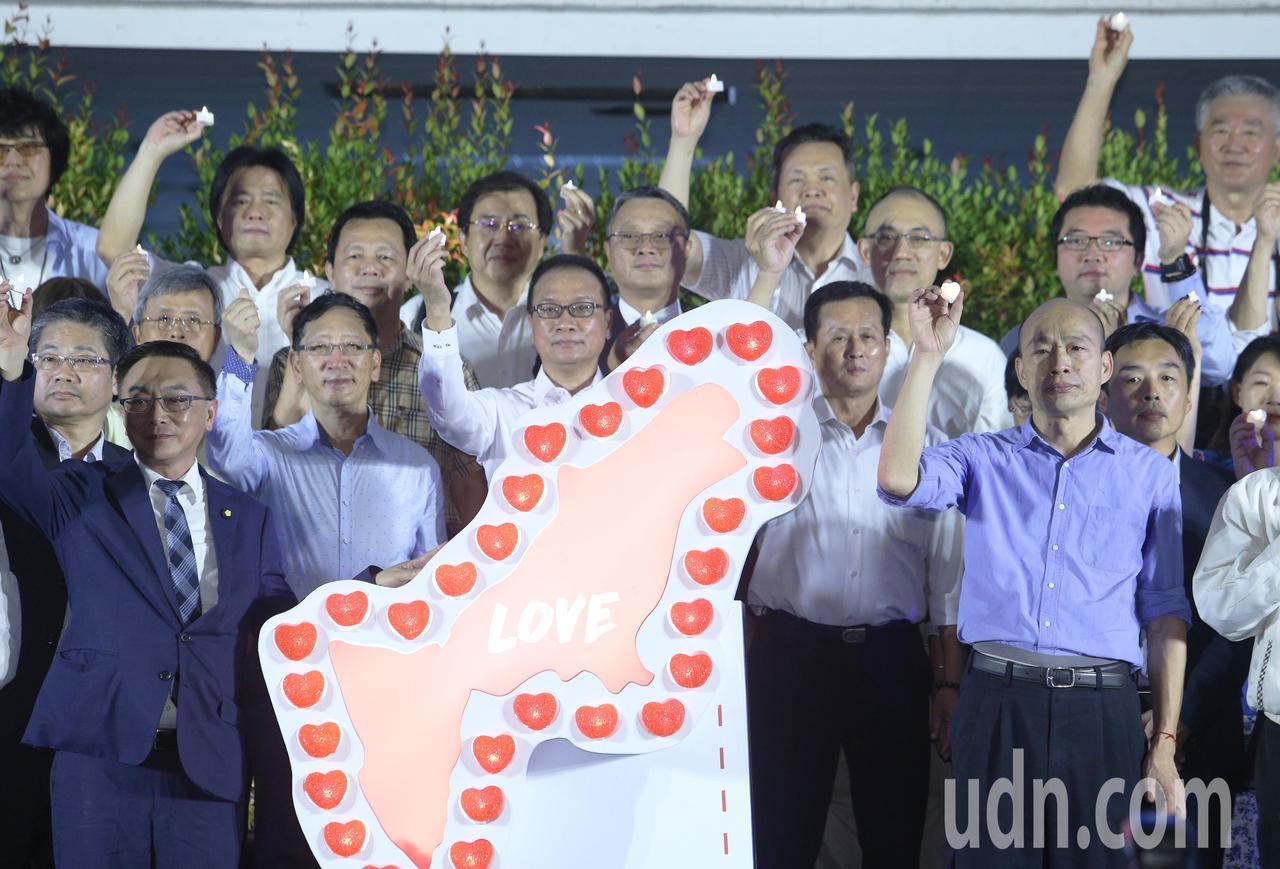 高雄石化氣爆事件屆滿5週年,高雄市長韓國瑜今晚與市府首長、民意代表、救難救助單位...