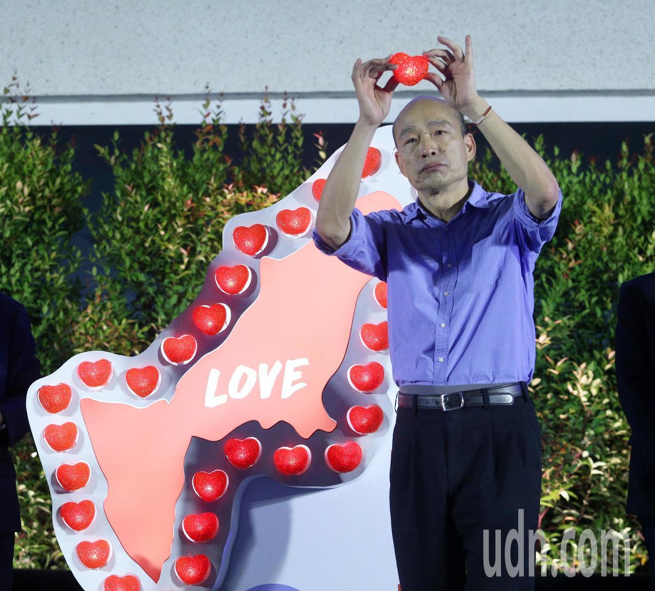 高雄市長韓國瑜今晚參加氣爆五周年紀念大會,並放上心型蠟燭紀念亡者。記者劉學聖/攝...