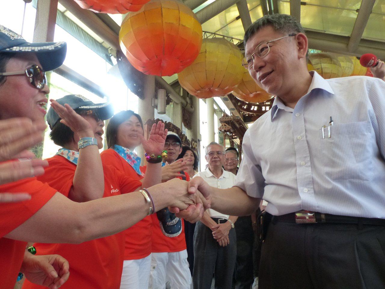台北市長柯文哲多次到彰濱台玻館玻璃廟護聖宮,向媽祖參拜,受到民眾歡迎。本報資料照...