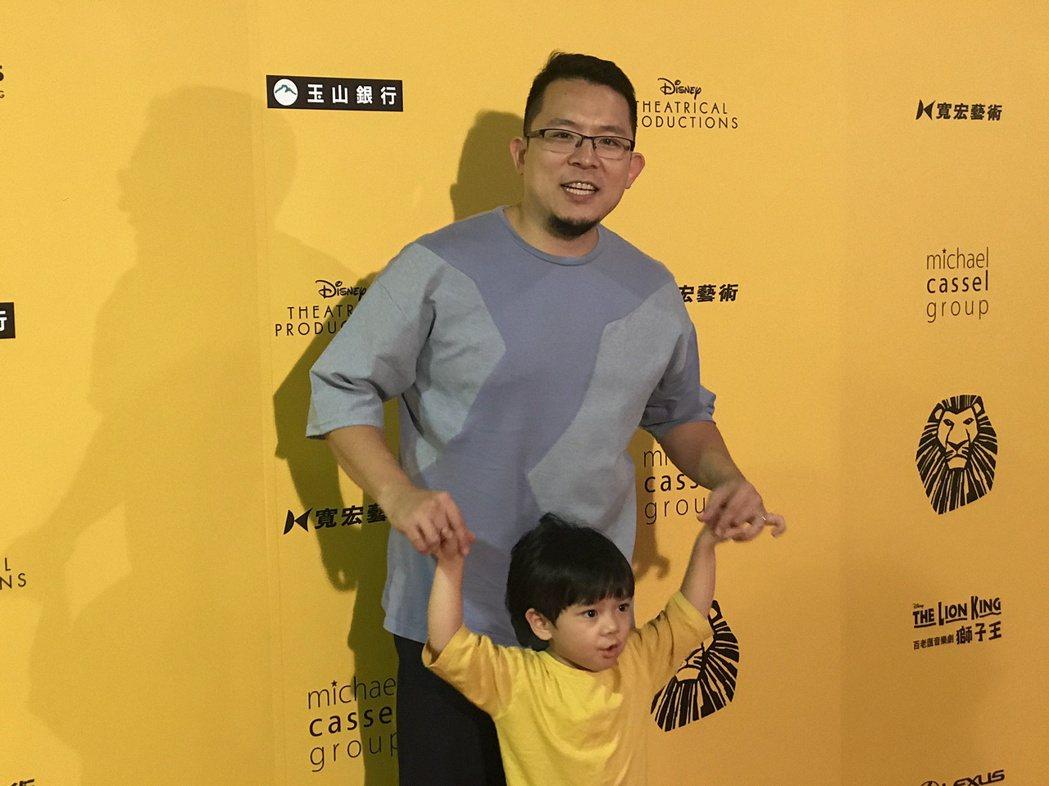 小威帶兒子看音樂劇。記者黃保慧/攝影