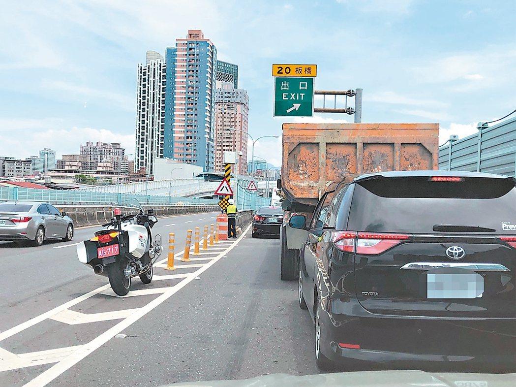 新北台64、65快速道路每當有車禍就會回堵數公里,新北警局啟動跨區支援後,警方到...