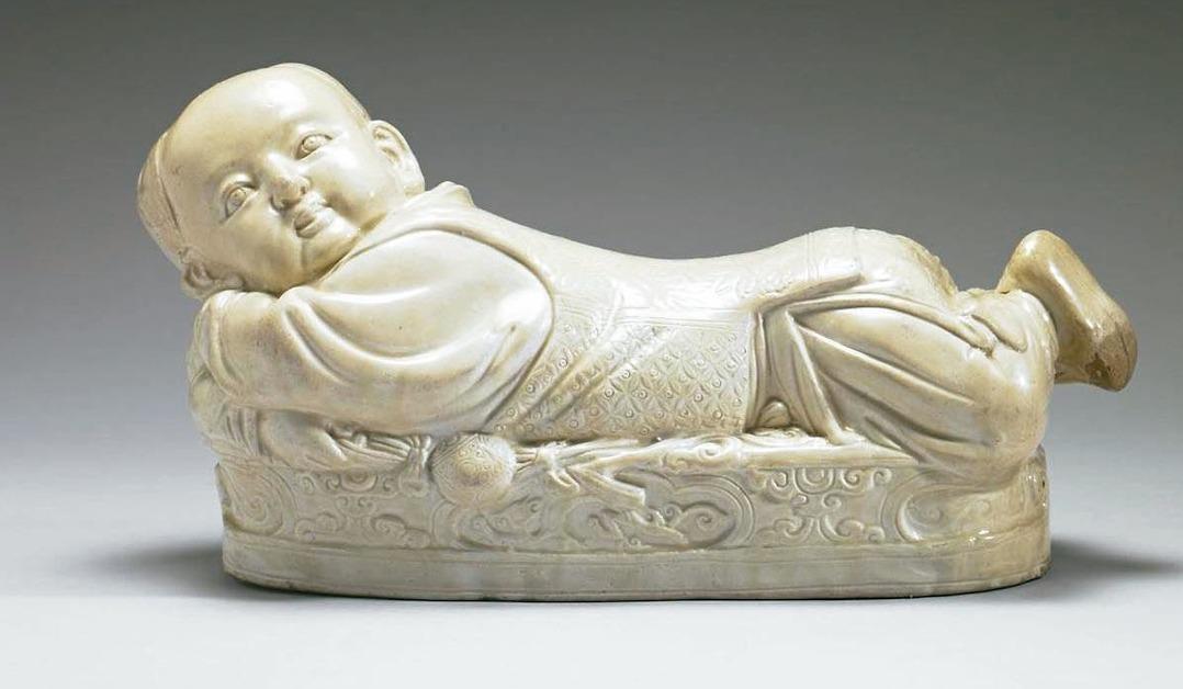 定窯白瓷嬰兒枕。 圖/故宮提供