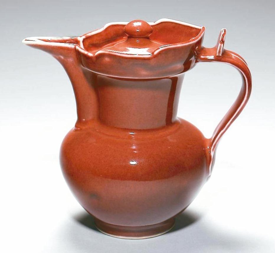 寶石紅釉僧帽壺。 圖/故宮提供